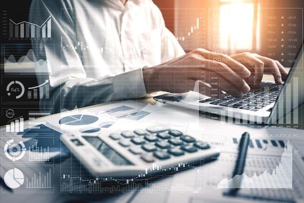 Big data technology for business finance analytic concept. nowoczesny interfejs graficzny pokazuje na monitorze masowe informacje dotyczące raportu sprzedaży, wykresu zysków i analizy trendów giełdowych.