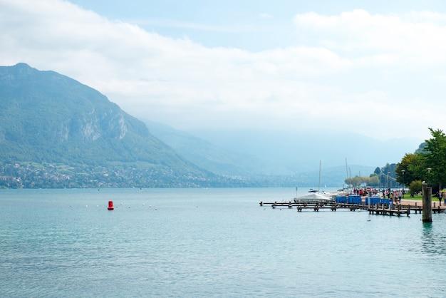 Big jezioro arround gór