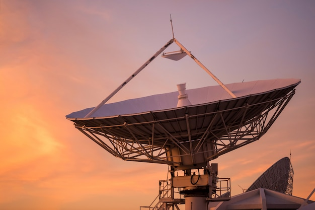 Big satelitarnej naczynie o zmierzchu