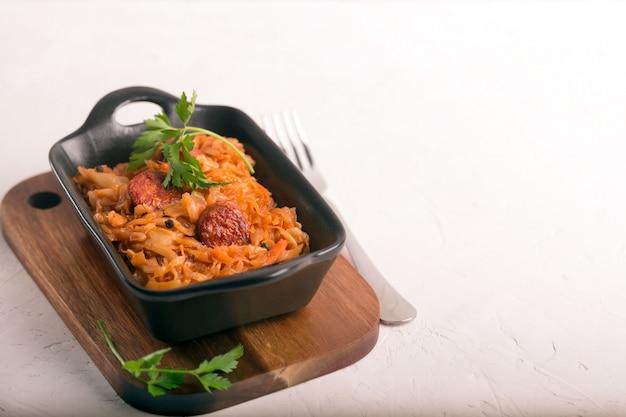 Bigos, tradycyjne polskie danie z kapustą. białe tło