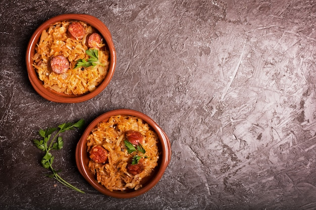 Bigos, tradycyjne polskie danie z kapustą na brązowym tle