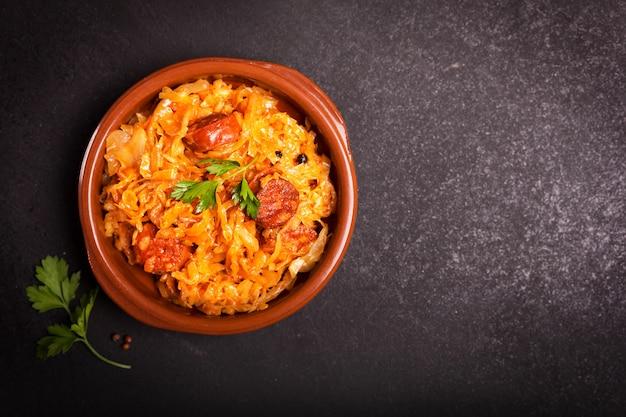 Bigos, tradycyjne polskie danie z kapustą na ciemnym tle z miejsca kopiowania