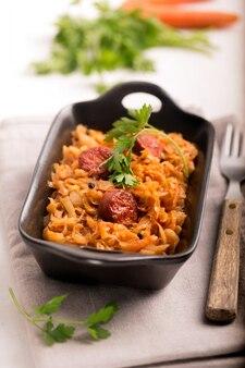 Bigos, tradycyjne polskie danie z kapustą. ścieśniać