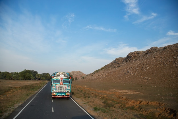 Bihar india - luty 19, 2016: niezidentyfikowani ludzie i ruch drogowy ind
