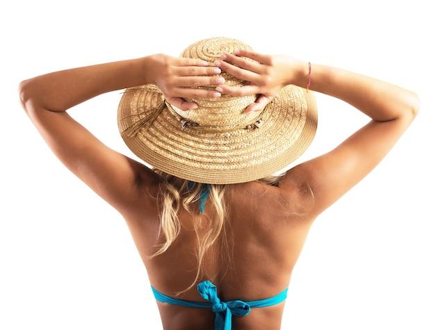 Bikini dziewczyna z kapeluszem na plaży