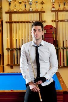 Bilardowy przystojny młody człowiek z koszulową wskazówką i krawatem