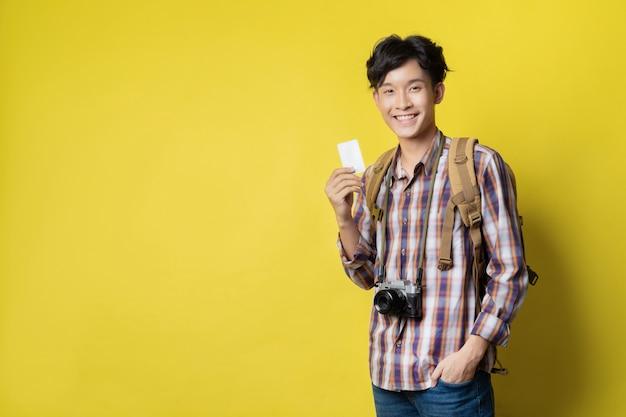 Bilety azjatyckich turystów używają kart kredytowych do rezerwacji miejsca podróży