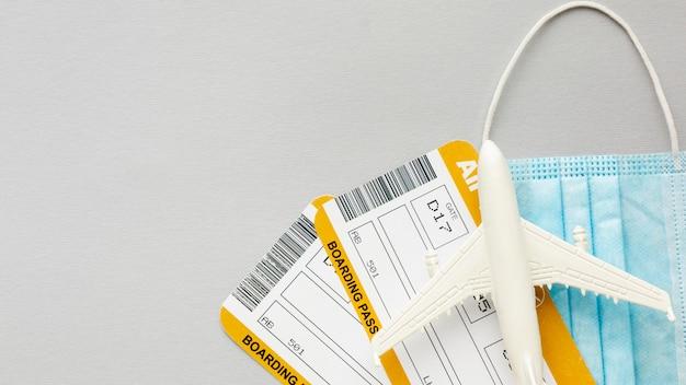 Bilety lotnicze i maska z widokiem z góry