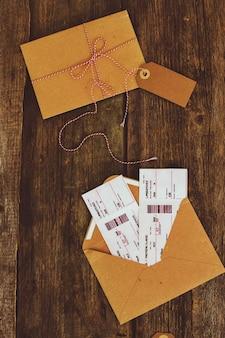 Bilety na drewnianym stole