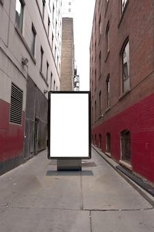 Billboard plakatowy na tle ulicy brudnej ulicy. makieta pustego billboardu reklamowego na ulicy
