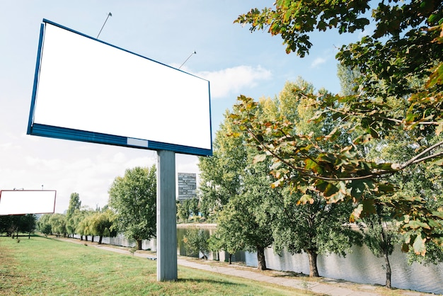 Billboardy w pobliżu rzeki
