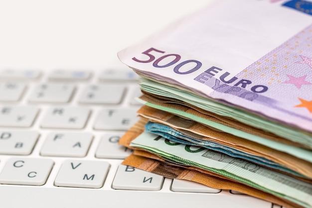 Bilsl euro na laptopie z białą klawiaturą, z bliska