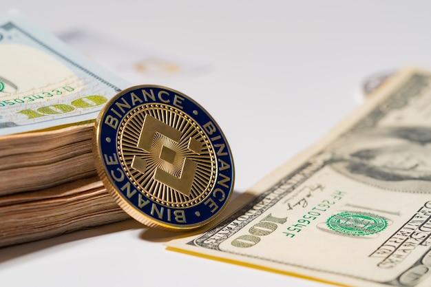 Binance coin bnb w zestawie z monetą kryptowaluty na stosie sto dolarów amerykańskich pieniądze amerykańskie
