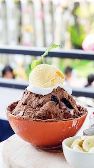 Bingsu deserowa lody czekolada i owoc.