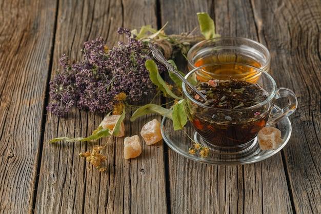 Bio herbata ziołowa na stole