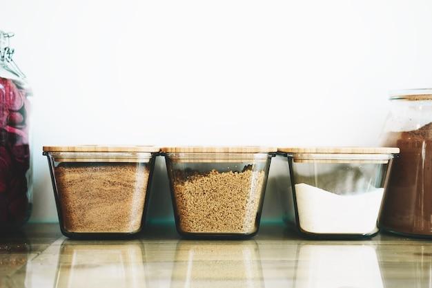 Bio organiczne suche produkty i niektóre słodycze w szklanych słoikach w ekologicznym sklepie spożywczym bez plastiku