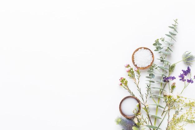 Bio ziołowa zielona kompozycja kosmetyczna, sól morska i ręcznie robiony kosmetyk.