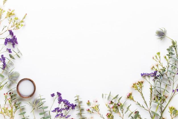 Bio ziołowo-zielona kompozycja kosmetyczna, sól morska i ręcznie robiony kosmetyk.
