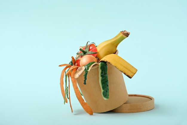 Biodegradowalne odpady żywnościowe, obierki warzywne w koszu na kompost. koncepcja kompostu.
