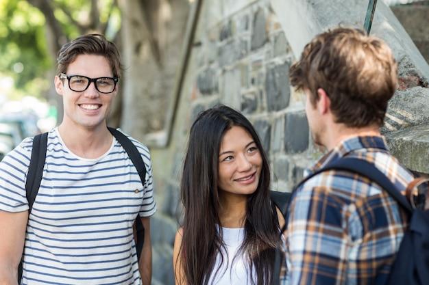 Biodra przyjaciele na ulicy rozmawiają w mieście