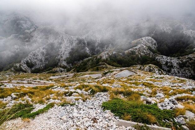 Biokovo górski krajobraz z niskimi chmurami w chorwacji