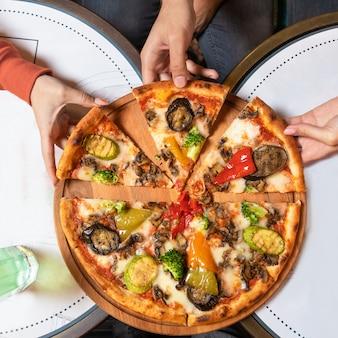 Biorąc widok z góry plasterki pizzy