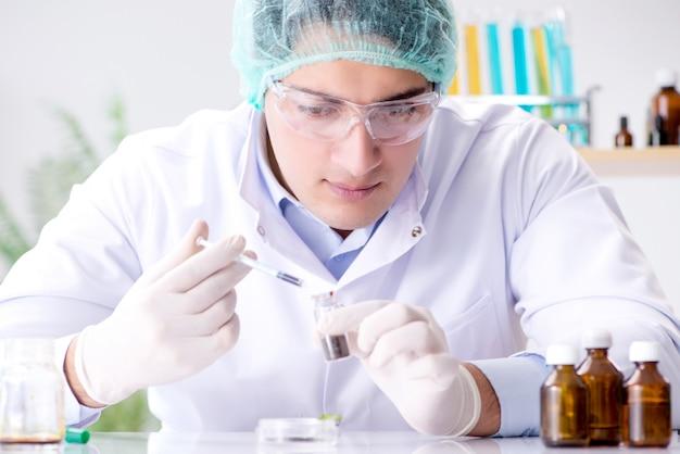 Biotechnologia z naukowcem w laboratorium