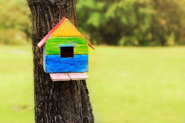 Birdhouse na drzewie w publicznym parku