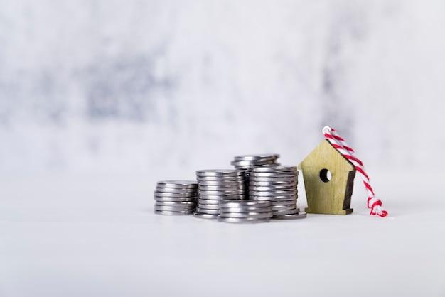 Birdhouse ornamenty z stertą monety na biel powierzchni