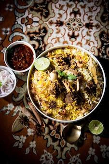 Biriyani z baraniny lub jagnięciny z ryżem basmati, podawane w misce na nastrojowym tle