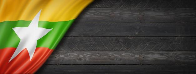 Birma myanmar flaga na czarnej ścianie z drewna