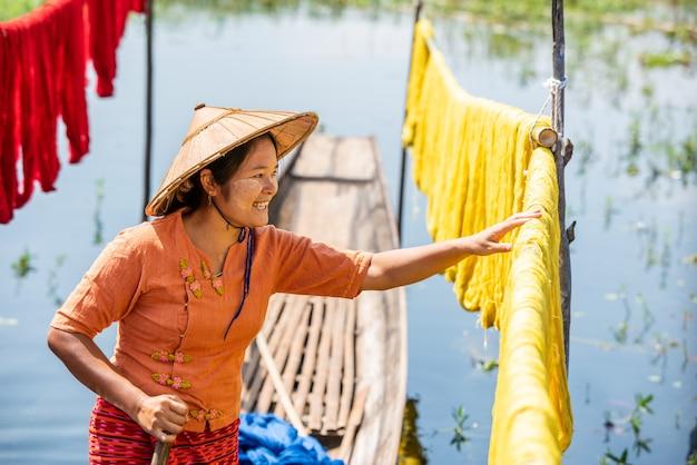 Birmańska sucha nić handmade kolorowe lotosowe tkaniny przy inle jeziorem, stan shanu w myanmar.