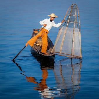 Birmański rybak przy inle jeziorem, myanmar