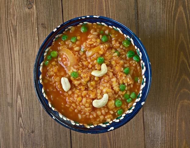 Bisi bele bath - danie na bazie ryżu pochodzące z indyjskiego stanu karnataka. gorący ryż z soczewicy?