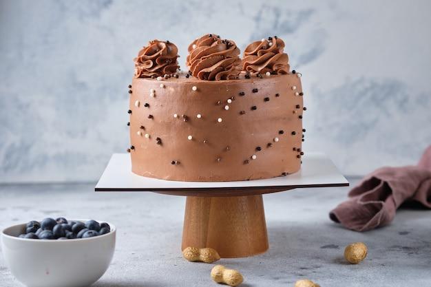 Biszkopt czekoladowy nadziewany solonym karmelem i orzeszkami arachidowymi z kremem czekoladowym