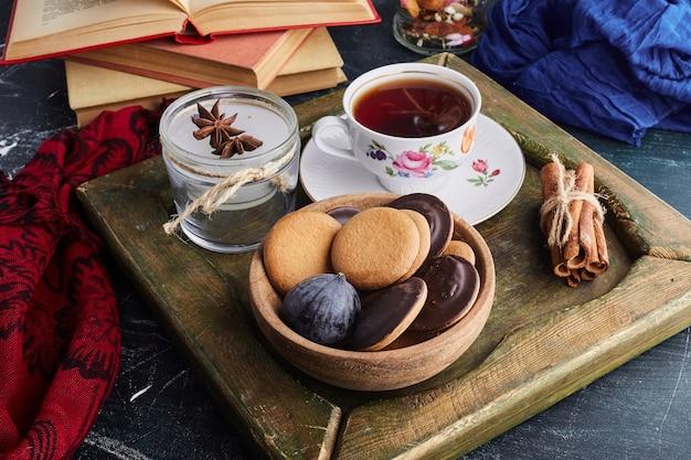 Biszkopt czekoladowy z filiżanką herbaty.