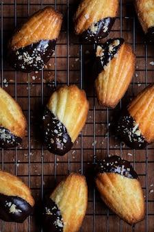 Biszkopt madeleine w polewie czekoladowej i wiórkach kokosowych