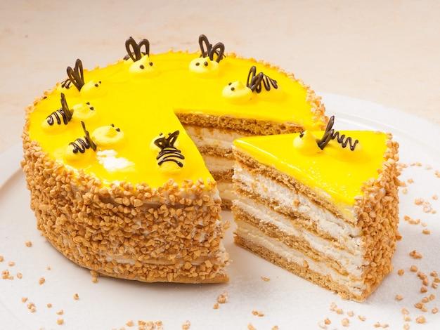 Biszkopt na słodko z orzechami pszczelimi