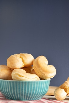 Biszkopt serowy (biscoito de queijo). brazylijska tradycyjna przekąska w niebieskiej misce.