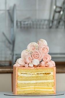 Biszkopt w kawałkach. ciasto w kolorze brzoskwini ozdobione piankami.
