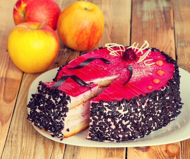 Biszkopt z galaretką owocową na drewnianym stole