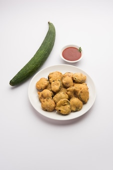 Biszkoptowe placki z tykwy lub gilki bhaji lub bajjiã'â orã'â pakora to indyjska przekąska, podawana z keczupem pomidorowym, selektywne skupienie