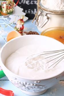 Bita białka i cukier do polewy śmietanowej