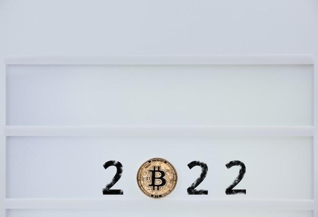 Bitcoin 2022. bitcoiny są obok liczb 2. przewidywanie ceny bitcoina w roku 2022. przyszła wartość bitcoin na lata 2020, 2022, 2030.