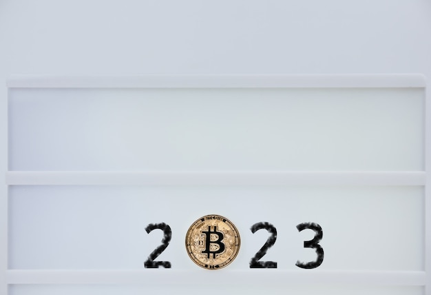 Bitcoin 2023. bitcoiny są obok liczb 2. przewidywanie ceny bitcoina w roku 2023. przyszła wartość bitcoin na lata 2020, 2022, 2030.