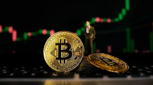 Bitcoin biznesmen zabawka i ryzyko w tle wykresu giełdowego może się zdarzyć w handlu kryptowalutą