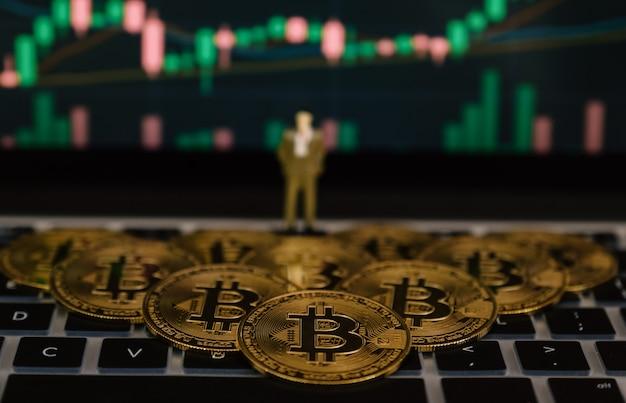 Bitcoin biznesmen zabawka i tło wykres giełdy. ryzyko i bogactwo mogą wystąpić w przypadku oszczędności inwestycyjnych lub handlu innowacjami kryptowalutowymi.