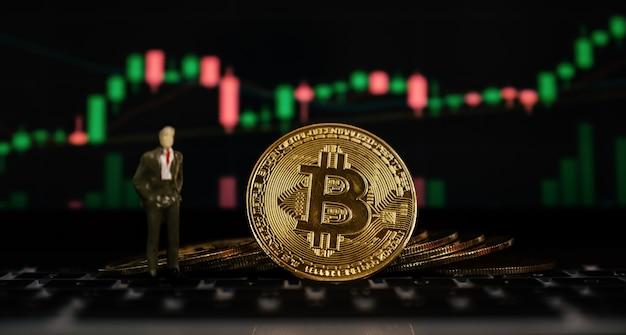 Bitcoin biznesmen zabawka tło wykresu giełdowego handel ryzykiem w innowacjach kryptowalut