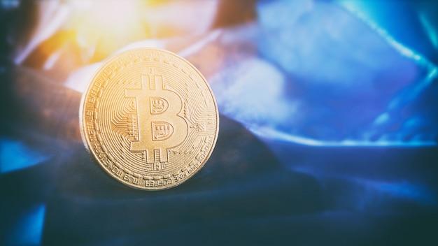 Bitcoin btc bit coin bliska monet bitcoin na białym tle na czarnym tle technologia blockchain,