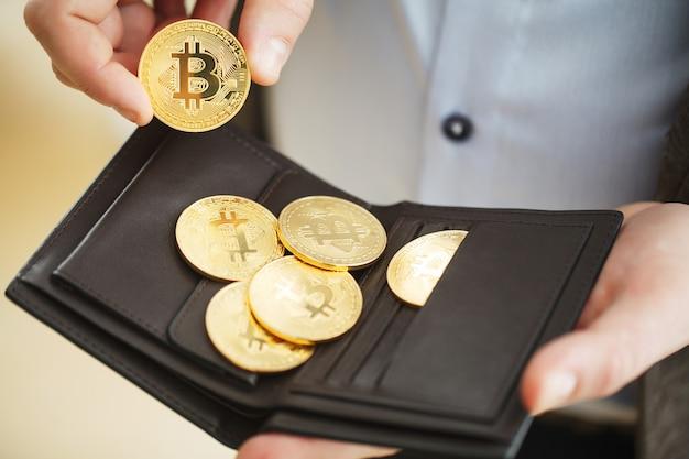 Bitcoin kryptowaluta monet w kieszeni. bitcoin to najbardziej popularna kryptowaluta na świecie